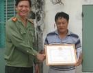 Công an trao bằng khen và tiền thưởng cho người dân bắt trộm