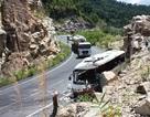 Xe máy vượt ẩu, xe khách đâm vào vách núi