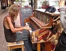 Nghệ sỹ dương cầm vô gia cư lĩnh học bổng, nhận lại con sau 15 năm