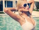 Paris Hilton bốc lửa bên bể bơi