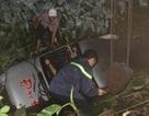 Đập cửa kính ô tô dưới hố nước cứu 14 hành khách