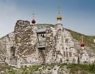 """Độc đáo nhà thờ """"cheo leo"""" trên núi đá"""