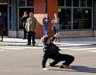 Cảnh sát vừa khiêu vũ vừa… điều khiển giao thông