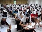 """Sinh viên Thái Lan che mắt để chống """"quay"""" bài"""