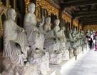 """Tượng La Hán ở ngôi chùa lớn nhất Việt Nam bị khách sờ mòn, """"ép"""" nhận tiền"""