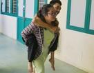 Thí sinh liệt nửa người được chị gái cõng đến phòng thi