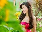 Oanh Yến xinh đẹp dạo chơi trong vườn hoa