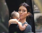 """Mặt """"mộc"""", Kim Kardashian đưa con gái đi dự sinh nhật"""