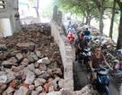 Nín thở đi qua bức tường sắp đổ sập ở Hà Nội