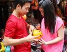 Giới trẻ săn đồ Halloween kỳ dị trên phố Hàng Mã