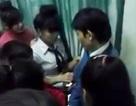 Xôn xao clip học trò khóc lóc, níu giữ thầy giáo đánh trò