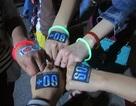 Giới trẻ Hà Nội dùng que phát sáng thay nến trong Giờ Trái đất