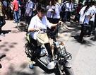 Sĩ tử hồn nhiên chạy xe máy điện không biển số, mũ bảo hiểm