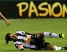 """Gặp """"đồ tể"""", Ronaldinho suýt gãy chân"""