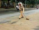 """Hà Nội: Hàng loạt người """"vồ ếch"""" vì đường trơn như bôi mỡ"""