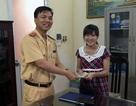 Người phụ nữ vui mừng được CSGT trao trả chiếc ví đánh rơi