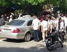 Hà Nội: Hàng chục người nâng ô tô cứu nạn nhân dưới gầm