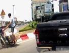 Hà Nội: Tài xế ô tô tức giận vì xe máy đi ẩu suýt gây tai nạn