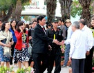 Ông Nguyễn Bá Thanh trò chuyện với người dân trên đường hoa xuân