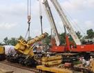 Vụ tai nạn tàu hỏa: Giải cứu xong các toa tàu thì cần cẩu lại lật