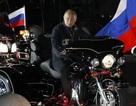 """Thủ tướng Nga Putin cưỡi mô-tô """"khủng"""" diễu hành"""