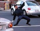 Xem cảnh sát Mỹ vừa nhảy vừa điều khiển giao thông