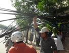 """Hà Nội: Đổ cột điện, """"mạng nhện"""" giăng giữa đường"""