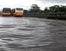 Hà Nội mưa lớn nhấn chìm nhiều tuyến đường