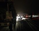 Hà Nội: Ô tô kéo 5 cột điện đổ vật ra giữa đường