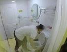 """""""Choáng"""" với clip nhân viên khách sạn lấy khăn tắm... lau bồn cầu"""