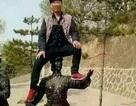 Du khách Trung Quốc cưỡi đầu, sàm sỡ tượng thiêng
