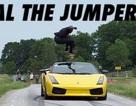 Lao vào siêu xe đang phóng nhanh để thỏa mãn đam mê mạo hiểm