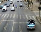 Cảnh sát bám trên nóc ô-tô phạm luật như trong phim hành động