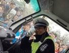 Bị cảnh sát đẹp trai hút hồn, hàng trăm nữ vận động viên bỏ thi