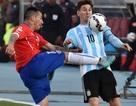 Messi bị cầu thủ Chile tặng cú kungfu mang thương hiệu De Jong