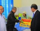 Ông Lê Phước Vũ tặng quà cho 12 công nhân mắc kẹt trong vụ sập hầm
