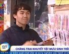 Cảm phục nghị lực chàng trai khuyết tật bán tranh trên phố Hà Nội