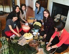 Du học sinh Việt gói bánh chưng chờ đón phút giao thừa quê nhà