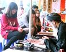 Bạn trẻ chen chân tại Văn Miếu xin chữ đầu năm