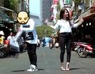 """""""Hot girl"""" Ngọc Thảo cùng """"người giấu mặt"""" nhảy tưng bừng trên phố Sài Gòn"""