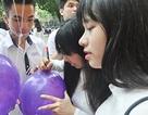 """Teen Trần Phú thả bóng bay chở ước mơ """"Đỗ đại học"""" ngày bế giảng"""