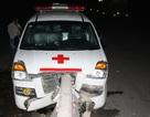 Xe cấp cứu đâm dải phân cách, 7 người thoát chết