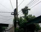 Nam thanh niên cố thủ trên cột điện xuyên đêm