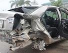 Ô tô bị tàu đâm nát, tài xế thoát chết trong gang tấc