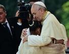 Bé gái Philippines khiến Giáo hoàng xúc động bỏ diễn văn chuẩn bị sẵn