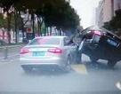 """Hãi hùng tài xế Trung Quốc """"leo đầu"""" xe khác để vượt trên phố"""