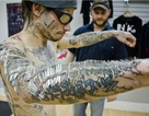 Chịu 4550 mũi kim cắm trên da để phá kỷ lục thế giới