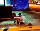 Cảm động bức ảnh cậu bé ngồi học dưới ánh đèn tiệm McDonald's