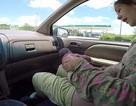 Bố quay clip mẹ sinh con trong ô tô