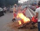 Hà Nội: Xe máy bốc cháy dữ dội, CSGT nỗ lực dập lửa